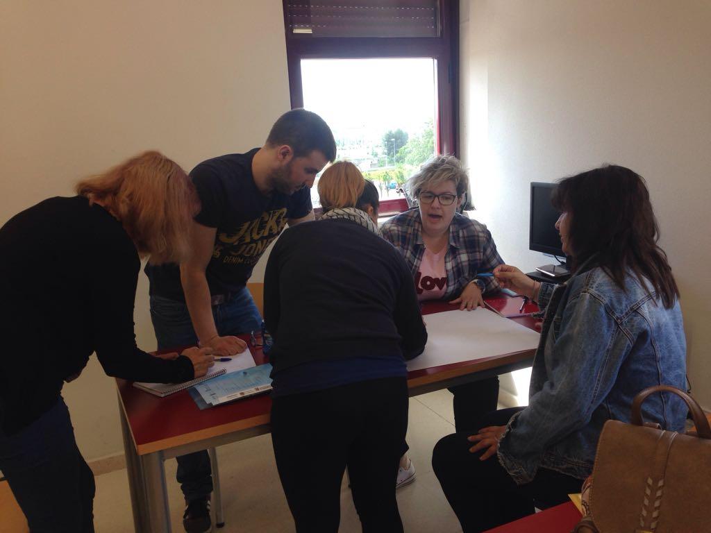 Participantes en la lanzadera trabajan en la elaboración del mapa mental