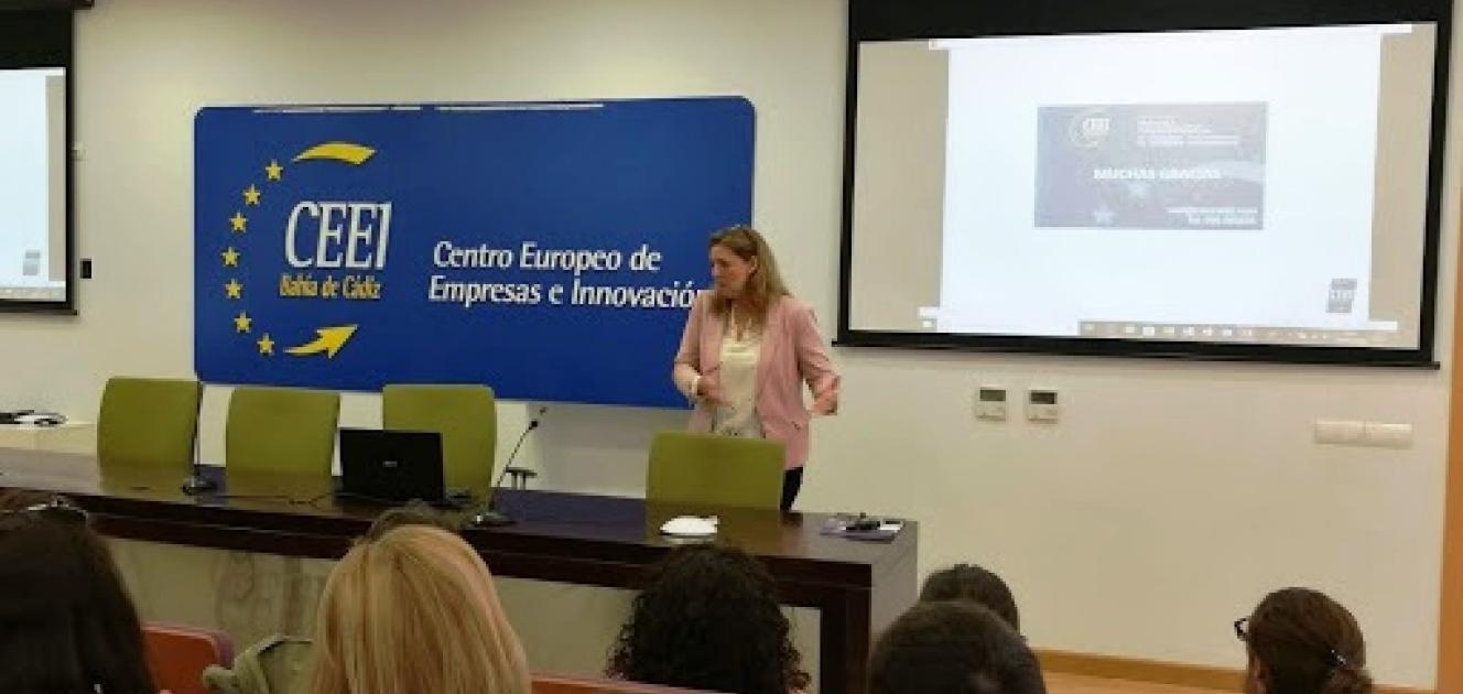 Ana Suárez presentando los recursos del CEEI